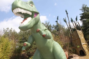 Ein fast echter Dinosaurier: Der Tyrannosaurus Rex im Playmobil Funpark misst stolze vier Meter und begrüßt Abenteurer mit furchterregendem Gebrüll.
