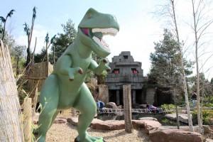 Der mächtige Tyrannosaurus Rex posiert vor der Dschungelruine im Playmobil Funpark Zirndorf.