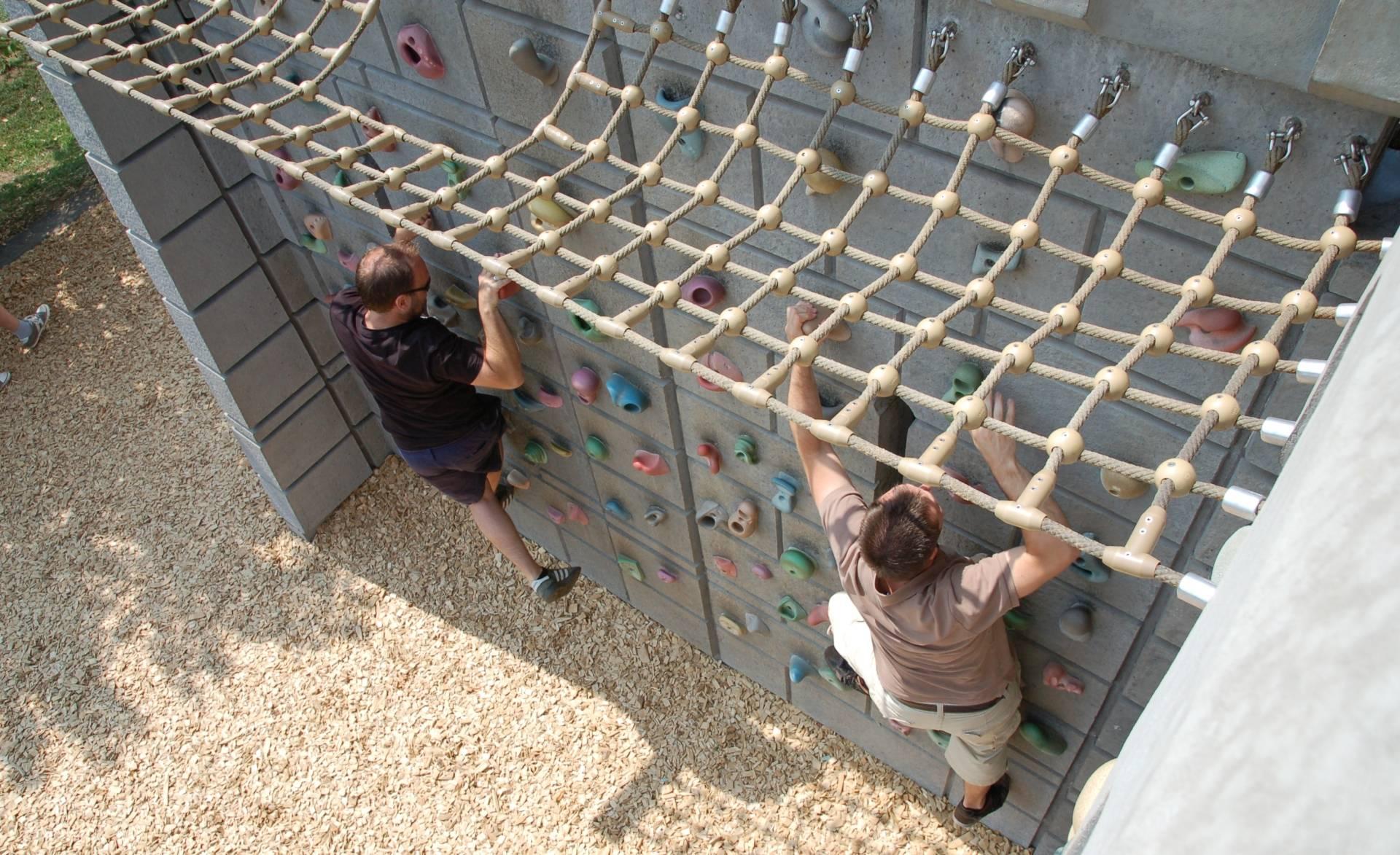 Wer sich traut, kann die Mauern der Ritterburg auch über eine Kletterwand erklimmen.