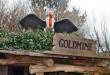 Ein fast echter Geier wacht über dem Eingang der Goldmine in der Westernstadt.