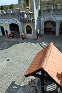 Im Innenhof der Playmobil Ritterburg befindet sich unter anderem ein Ziehbrunnen.