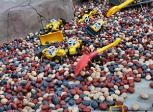 Die Kunststoffkiesel in der Playmobil Baustelle sind besonders leicht und handlich - perfekt zum Spielen!