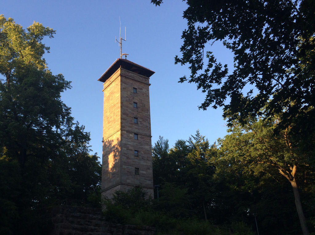 Der Aussichtsturm auf der Alten Veste Zirndorf bietet einen spektakulären Panoramablick.