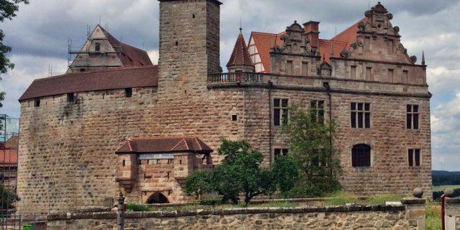 Trotz großem Umbau können die Außenanlagen der Burg Cadolzburg besichtigt werden.