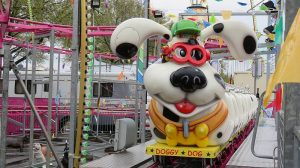 """Auf den Hund gekommen: die neue Familienachterbahn """"Doggy Dog"""" im Freizeitland Geiselwind."""