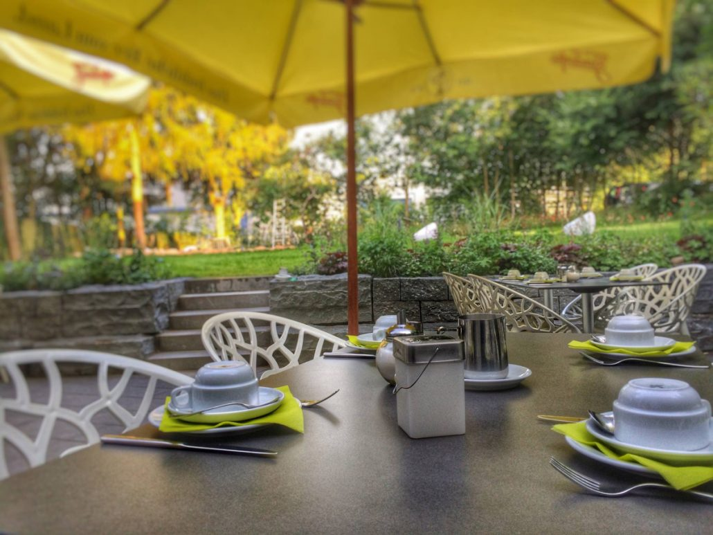 Hotel Knorz Zirndorf: Blick von der Terrasse in die Knorz'schen Gärten.