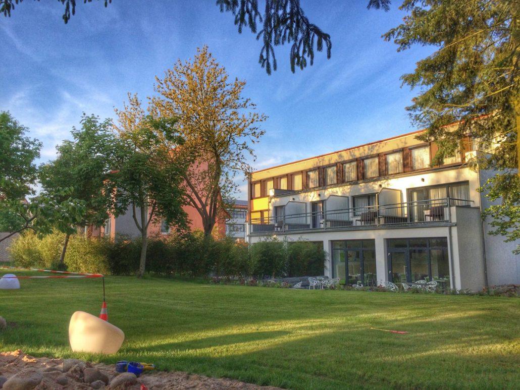 Der großzügige Außenbereich im Hotel Knorz Zirndorf.